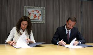 El ministre d'Ordenament Territorial, Jordi Torres, i la degana del Col·legi Oficial d'Arquitectes, Zaida Nadal, signen el conveni.