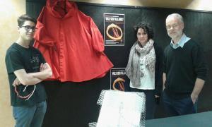 El conseller de Cultura, Josep Roig, amb dos responsables del grup de fallaires de Sant Julià