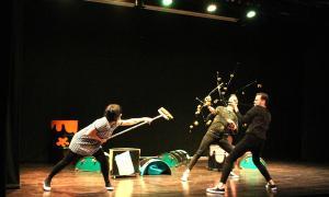 Els tres actors-ballarins durant un moment de l'espectacle.