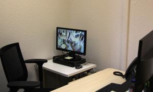 El despatx des del qual es poden controlar les càmeres que hi ha a les sales de visites.