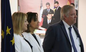 Un moment de l'acte a l'ambaixada espanyola per reconèixer la tasca docent de Baldomero Prados, Maria Auxiliadora González Poveda i Elena Sineiro.