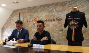 Un moment de la roda de premsa oferta pel cònsol menor d'Andorra la Vella, Marc Pons, i el ciclista Joaquim Rodríguez.