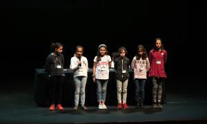 Un grup d'alumnes exposa el treball realitzat.