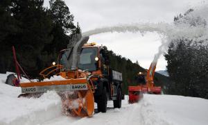 Màquines llevaneus del COEX netejant la carretera del Coll d'Ordino.