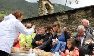 Els assistents a la diada gaudeixen de l'aperitiu en sortir de la missa.