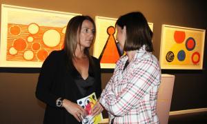 La ministra de Cultura, Olga Gelabert, conversa amb la ministra de Funció Pública, Eva Descarrega, a la inauguració de la mostra dedicada a Calder.