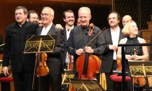 El compositor i director Salvador Brotons amb els germans Gerard i Lluís Claret, el dia de l'estrena de 'L'andorrà'.