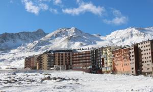 El Pas de la Casa, amb l'estació d'esquí al fons.