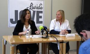 La tècnica d'Infància i Joventut, Lídia Rebés, i la consellera de Social, Francesca Barbero, durant la roda de premsa.