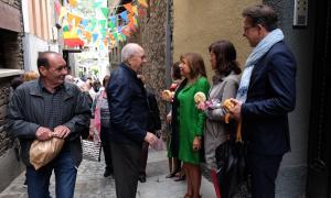 Membres de la corporació comunal al carrer del Puial.