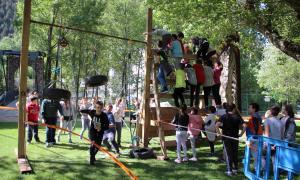 Els escolars d'Encamp superen els obstacles de l'Spartan Race Kids.