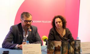 El director artístic del museu i comissari, Guillermo Cervera, amb la sommelier del te, Vicky Marteu, presenten l'activitat Art & Sentits.