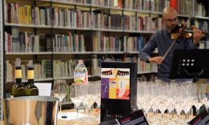Moment de la cata dels vins de la Casa Auvinyà amb la música d'Alexandre Aràjol.