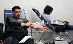 Dues persones donant sang.