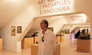 El pintor Manel Soriano durant la visita guiada.