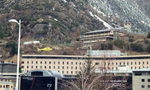 L'helicòpter dels Bombers arribant a l'Hospital Nostra Senyora de Meritxell.