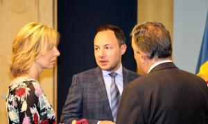 La secretària d'Estat Ester Fenoll, el ministre d'Afers Socials, Justícia i Interior, Xavier Espot, i el president de Càritas Andorra, Andreu Rocamora.