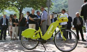Un moment de la presentació del nou servei de bicicletes elèctriques compartides.