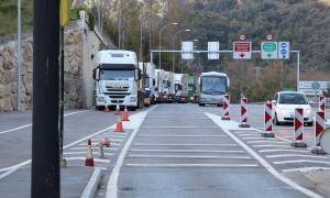 Camions fent cua per passar el país, a la duana hispanoandorrana.
