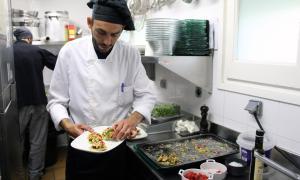 Cuiners del restaurant del Refugi del Llac de Pessons preparant l'aperitiu.