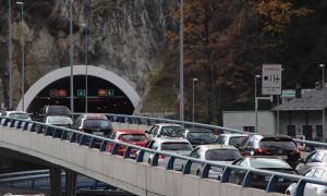 Cues de sortida de vehicles abans de l'entrada a Sant Julià de Lòria.