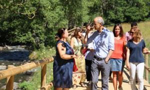 El cap de Govern, Toni Martí, durant la passejada que s'ha fet aquest dilluns al migdia pel nou camí ral entre Ansalonga i la Cortinada.