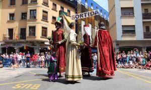 Els quatre gegants ballant a la plaça Guillemó.