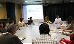 La ministra de Medi Ambient, Sílvia Calvó, mostra als membres de la Comissió Nacional de Residus el material de la campanya 'Recicla'ns però bé'.