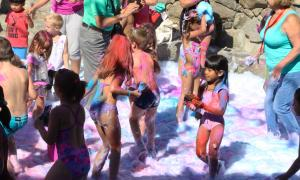 Festa de l'escuma i Holi party a la festa major de Santa Coloma.