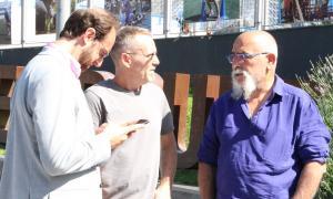 Didier Aleix, conseller de Medi Ambient, i Llorenç Esquerra, responsable de zones verdes del Comú, al Prat del Roure.