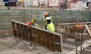 Treballadors en unes obres a Santa Coloma.