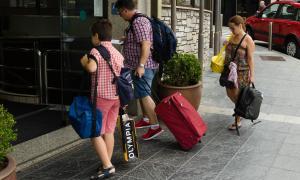 Uns turistes entren en un hotel d'Escaldes-Engordany.