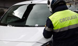 Un agent de circulació d'Escaldes posa una multa a un vehicle.