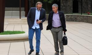 Higini Cierco i Joan Pau Miquel conversen abans d'entrar a la sala del judici.