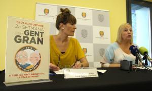 La cap de l'àrea de Gent Gran, Montse Cobo, i la consellera de Social, Francesa Barbero, durant la roda de premsa de presentació.