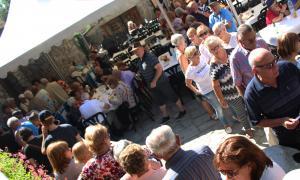 Els assistents, esperant el seu torn per dinar.