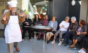 La primera activitat de la 2a Setmana de la gent gran ha estat la preparació d'una paella de verdures, explicada per Joan Amigó.