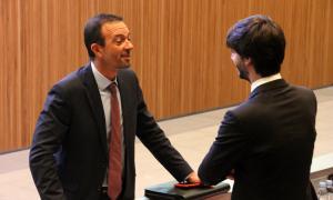 El ministre d'Ordenament Territorial, Jordi Torres, parla amb el conseller general de DA, Carles Enseñat, abans d'iniciar-se la sessió de control al Govern.