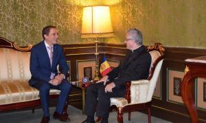 Un moment de la reunió d'aquest dilluns entre el copríncep d'Andorra, Joan-Enric Vives, i el subdelegat del Govern d'Espanya a Lleida, Josep Crespín.