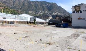 El terreny de l'antiga estació d'autobusos on un privat està construint zona d'aparcament.