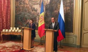 La ministra Maria Ubach amb el seu homòleg de Rússia.