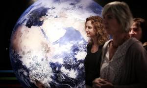 La ministra de Medi Ambient, Agricultura i Sostenibilitat, Sílvia Calvó, i la comissària de l'exposició #SOM BIODIVERSITAT, Natàlia Rovira.