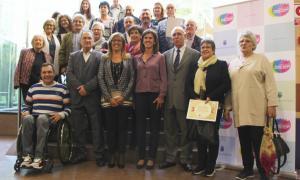 Foto de família amb els representants dels establiments adherits a la xarxa de Comerços Amics de la Gent Gran.