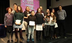 Guanyadors i finalistes del 30è Concurs de contes de Nadal, amb el jurat i l'organització.