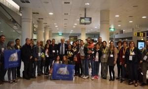 Una imatge de les famílies a la seva arribada a l'aeroport del Prat, a Barcelona.