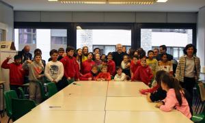 Foto de l'arquebisbe d'Urgell, Joan-Enric Vives, amb els alumnes de sisè de primària del col·legi espanyol María Moliner.