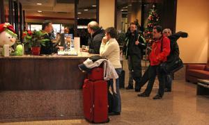 Turistes arribant a la recepció d'un hotel d'Andorra.