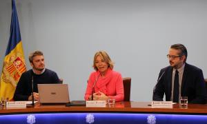 El cap d'àrea d'Atenció a la Infància i l'Adolescència, Jordi Olivé; la secretària d'Estat d'Afers Socials i Ocupació, Ester Fenoll, i el director dels Cinemes illa Carlemany, Jordi Torres, presenten la nova campanya per fomentar les famílies d'acollida.