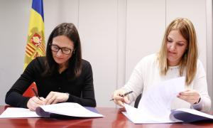 La secretària d'Estat de Justícia i Interior, Ester Molné, i la presidenta de l'Associació de Treballadors Socials d'Andorra (ATSA), Mònica Insa.