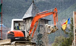 Un treballador de la construcció amb una grua.